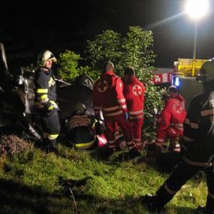 Pick-Up stürzte über Abhang: zwei Schwerverletzte
