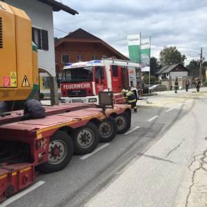 Schwertransporter platzt Hydraulikschlauch