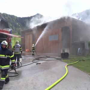 8 Feuerwehren bei Brand einer PV-Anlage stark gefordert